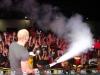 Gebruik van een CO2 gun door een dj op een podium tijdens een muziekshow