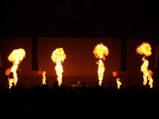 Xena Vuurwerk beschikt over stageflame vlammachines waarmee grote vlammen op het podium kunnen worden gecreëerd